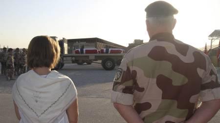 HJEMREISE: Bårene med de fire drepte soldatane i Afghanistan, ble fraktet inn i et amerikansk transportfly for hjemreise og båremottak i Norge, torsdag morgen. (Foto: Asgeir Spange Brekke / Forsvaret/Scanpix)