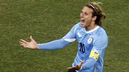Diego Forlan scoret ett av sine fem VM-mål mot Nederland (Foto: BRIAN SNYDER/Reuters)
