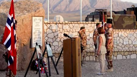 FULGTE BÅRENE HJEM: Forsvarsminister Grete Faremo talte og la ned krans på Minnelunden i Camp Nidaros i Meymaneh i Faryab provinsen i Nord-Afghanistan onsdag. (Foto: Kallestad, Gorm/Scanpix)