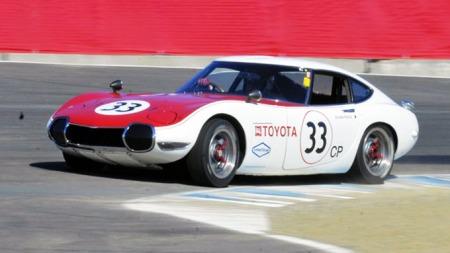 En Toyota 2000 GT i historisk racing.