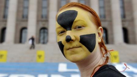 PROTESTERTE: Flere miljøaktivister tok plass både utenfor og inne i den finske Riksdagen, som protest mot planene om å bygge to nye kjernekraftreaktorer.  (Foto: SCANPIX)