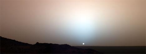 Slik ser solnedgangen ut på Mars. Der er himmelen rød av støv, og farges såvidt blå av solen. (Foto: NASA)