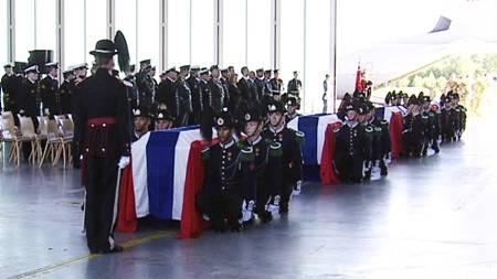 Minneseremonien for de falne soldater ble holdt inne på militærflyplassen på Gardermoen. (Foto: TV 2/)