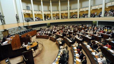 SPLITTET: Både regeringspartiene og opposisjonen var splittet i spørsmålet om å gi klarsignal til byggingen. (Foto: SCANPIX)