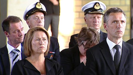 PREGET: Forsvarsminister Grete Faremo og statsminister Jens Stoltenberg slet med å holde tårene tilbake under minneseremonien. (Foto: TV 2)