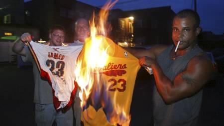 SATTE FYR PÅ DRAKTEN: Josh Hall, Rob Hose og Mike Adams viste helt klart hva de mente om at LeBron James forlater Cleveland Cavaliers. (Foto: Phil Masturzo/Ap)