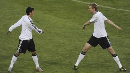 VM-DUO: For tre år siden var både Özil og Mertesacker del av den tyske VM-troppen. Nå er de begge Arsenal-spillere. (Foto: JOHN MACDOUGALL/Afp)
