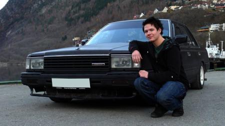 Stolt (det har han grunn til!) eier sammen med bilen sin. (Foto: Privat)
