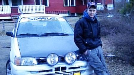 Den stolte eieren sammen med bilen sin. (Foto: Privat)