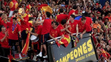 CAMPEONES: Den spanske spillerbussen møtte et folkehav i Madrid. (Foto: MARCELO DEL POZO/Reuters)