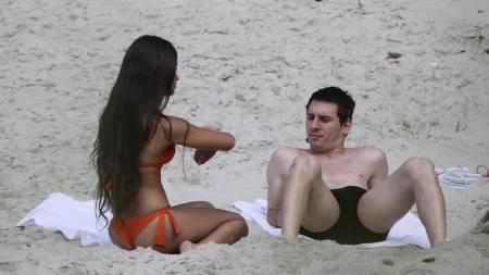 Lionel Messi og kjæresten Antonella Roccuzzo tok seg noen dagers ferie i Rio de Janeiro etter VM-exiten. Her på grumaristranden. (Foto: Gabriel Reis/Ap)