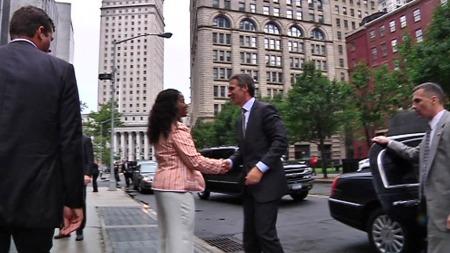 NYTTIG: Jens Stoltenberg blir tatt imot utenfor FBIs hovedkvarter. Statsministeren synes det var nyttig å få førstehåndskunnskap fra amerikanerne.