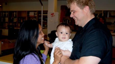FÅR VÆRE SAMMEN: Laila, Ole Kristian og åtte måneder gamle Kent Oscar kan nesten ikke tro at de nå kan få leve sammen i Norge.  (Foto: Anja Tho Gunnersen)