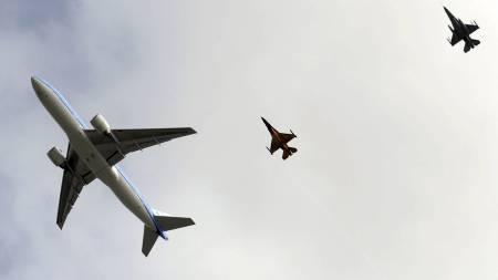 ESKORTERT AV JAGERFLY: De nederlandske sølvvinnerne ble eskortert av to jagerfly inn mot Schipol-flyplassen i Amsterdam. (Foto: JOHN THYS/Afp)