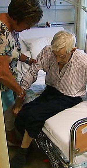 IKKE PLASS PÅ SYKEHJEM: 83 år gamle Arvid Tomtsveen klarer ikke å ta vare på seg selv og trenger plass på sykehjem, men får det ikke. (Foto: Eirik Friestad/Tommy Maczim )