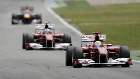 STALLORDRE: Felipe Massa foran stallkamerat Fernando Alonso - før Massa fikk ordre om å slippe Alonso forbi. (Foto: Martin Meissner/Ap)