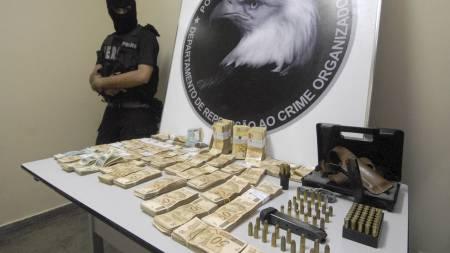 RAZZIA: Brasiliansk politii viste fram penger, våpen og ammunisjon på en pressekonferanse i fjor, som hadde blitt beslaglagt i Souzas hjem under en ransaking. (Foto: Raphael Alves/AP)