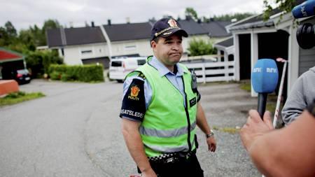 ETTERFORSKER: Innsatsleder Ketil Frydenlund ved åstedet der en kvinne lørdag ettermiddag ble funnet knivdrept i et rekkehus på Trollåsen i Kolbotn i Akershus. (Foto: Lien, Kyrre/Scanpix)