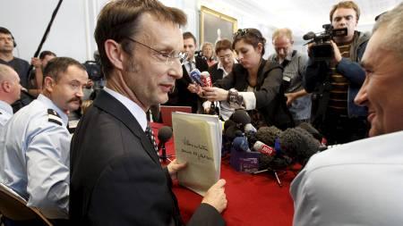 GROTESK SAK: Statsadvokat Eric Vaillant under pressekonferansen i Duaoi torsdag. En fransk kvinne har nå tilstått å ha drept åtte av sine nyfødte barn. (Foto: PASCAL ROSSIGNOL/Reuters)