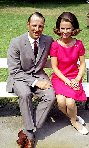 KONGELIG NORSK FORLOVELSE:  Kronprins Harald og Sonja Haraldsen på pressekonferanse i Dronningparken etter forlovelsen. (Foto:  NTB arkivfoto / Scanpix)
