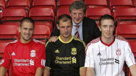 Liverpool's new signings Milan Jovanovic, front center, Danny Wilson, front right, and Joe Cole pose with manager Roy Hodgson, (Foto: Tim Hales/Ap)