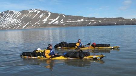 MANGE TURER: De to jevngamle kameratene har padlet sammen i sju år og vært på flere turer. Her er de avbildet ved avreise til Svalbard. (Foto: Svalbard360.com)