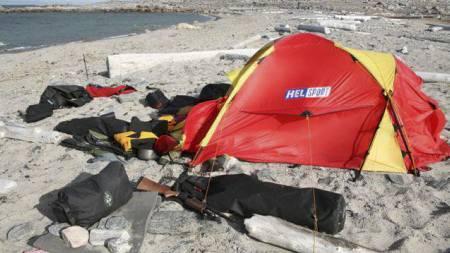 DRAMATISK: Teltleiren der angrepet skjedde. Isbjørnen ligger i bakgrunnen. (Foto: Arild Lyssand / Sysselmannen/SCANPIX)