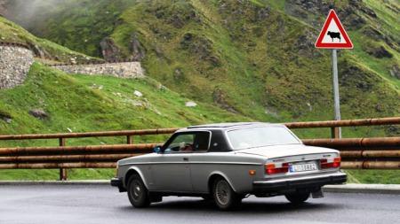 Vår engen Volvo 262C 1978 modell på vei ned fra Alpene. (Foto: Ditlev Eidsmo)
