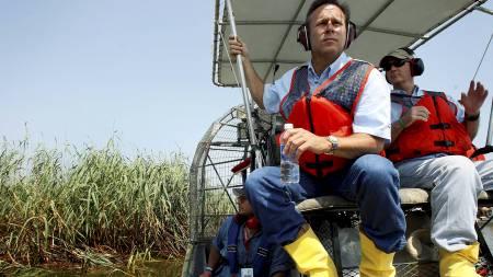 BP-sjefen Doug Souttles på befaring nær Mississippi-elven i Plaquemines Parish i Luisiana. (Foto: POOL/Reuters)