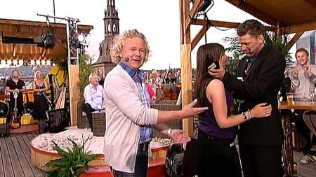 STOLT PROGRAMLEDER: Øyvind Fjeldheim var den første til å gratulere det unge paret. (Foto: TV 2)