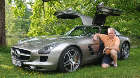 Brooms bilekspert Benny Christensen tester superbilen Mercedes SLS i Broom Live i dag. (Foto: Marius Christensen)