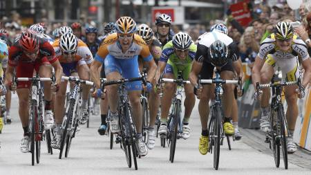 Garmin-Transitions team rider Tyler Farrar (C orange-blue jersey) of the U.S. crosses the finish line to win the UCI-Pro-Tour 'Vattenfall Cyclassics' World Cup race in Hamburg August 15, 201 (Foto: CHRISTIAN CHARISIUS/Reuters)