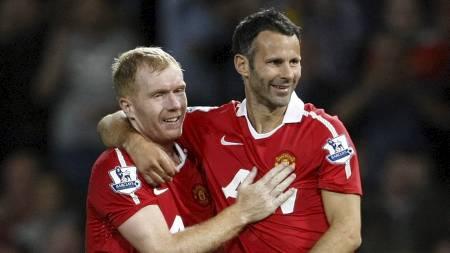 GAMLE OG GODE: Manchester United-veteranene Paul Scholes og Ryan Giggs får begge plass på laget. (Foto: Tim Hales/Ap)