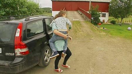 TUNGE LØFT: Mamma Marit Amundsen må løfte sønnen Filip hver gang han skal inn eller ut av bilen.  (Foto: TV 2 / Rune Blekken)