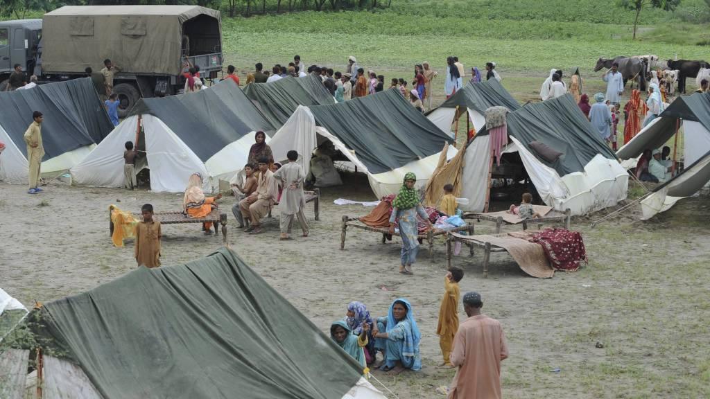 TRENGER HJELP: Pakistanske flomofre samlet i en leir i Sultan Kot mandag. FN anslår at over 16 millioner mennesker er berørt av flommen. (Foto: BANARAS KHAN/Afp)