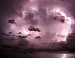 Skyene i det fjerne lyser opp i tordenværet. Nydelig! (Foto: Wikimedia Commons)