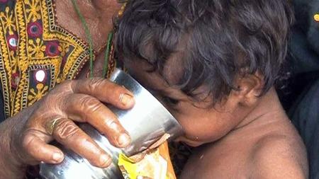 MANGLER RENT VANN: Flommen i Pakistan har ført til utbrudd av vannbårne sykdommer som kolera og diaré.  (Foto: AP)