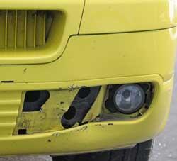 KRASJET I EN STEIN: Ambulansen fikk skader i fronten etter at 18-åringen krasjet i en stein. (Foto: Wigdis Korsvik)