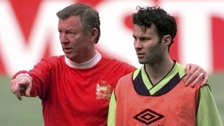 TIDENES BESTE: Sir Alex Ferguson og Ryan Giggs ble kåret til   henholdsvis den beste manageren og -spilleren i Premier Leagues 20 første   år. (Foto: ADAM BUTLER/AP)
