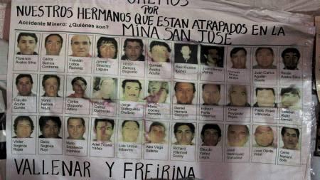 LEVER: Bilder av de 33 savnede gruvearbeiderne som har vært innesperret i en chilensk gruve i 18 dager. (Foto: IVAN ALVARADO/Reuters)