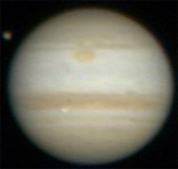 En annen japansk amatør fotograferte glimtet. Bildet er tatt 800 kilometer unna der videoen ble tatt opp, noe som bekrefter at glimtet faktisk skjedde på Jupiter, og ikke nær jorden. Flekken oppe til venstre er en av Jupiters 63 måner. (Foto: Aoki Kazuo )