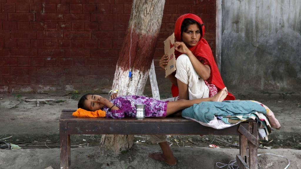 TRENGER MEDISINER OG UTSTYR: Et barn får behandling ved et sykehus i Punjab-provinsen. Feltsykehusene i Pakistan mangler medisiner og utstyr til å behandle flomofrene. (Foto: REINHARD KRAUSE/Reuters)