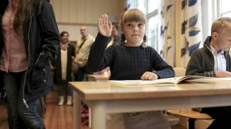 REKKER OPP HÅNDEN: En tydelig spent prinsesse Ingrid Alexandra i klasserommet første skoledag. (Foto: Solum, Stian Lysberg/Scanpix)