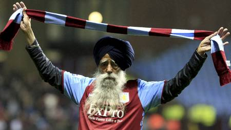 A 99 year old Aston Villa fan poses on the pitch at half-time (Foto: Nick Potts/Pa Photos)