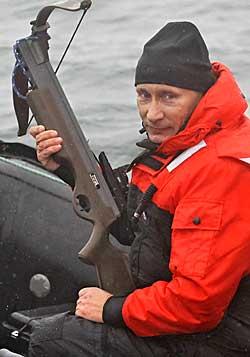 Vladimir Putin skyter hval med armbrøst 250 (Foto: AP)
