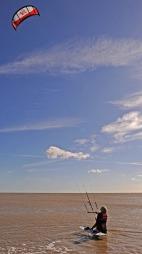 MÅTTE AVBRYTE: Sterke vinder gjorde den avanserte vindsurfingen   for farlig. Her er Branson avbildet mens han gjorde seg klar til start.   (Foto: CARL DE SOUZA/AFP/SCANPIX)