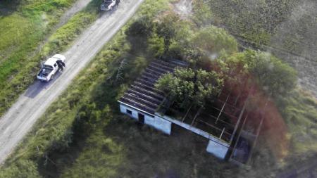 ÅSTEDET: Dette bildet viser gården hvor de 72 likene ble funnet.  (Foto: AP/SCANPIX)