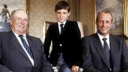 TRE GENERASJONER: Kong Olav, prins Haakon Magnus og kronprins Harald på Skaugum i 1982. (Foto: Thorberg, Erik/SCANPIX)