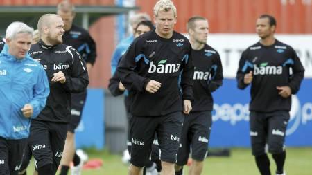 Christian   Grindheim (t.v.) og Steffen Iversen på fotballandslagets trening i Reykjavik   tirsdag. Fredag spiller Norge EM-kvalifiseringskamp mot Island. (Foto:   Aas, Erlend/SCANPIX)