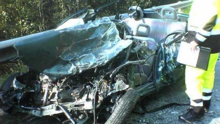 DØDSULYKKE: Føreren av denne personbilen omkom i møteulykken med en lastebil i Håkenstubakken ved Kongsvinger. (Foto:  Rolf Stømner / TV 2)